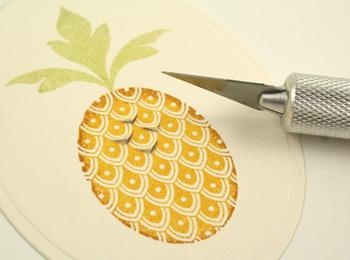 Cutting_pineapple